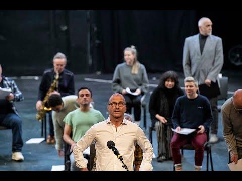 Teatersjef Stefan Larsson med skuespillere